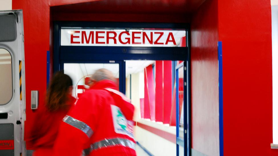 Malasanità a Napoli: il video virale dei malati curati a terra (Nola)